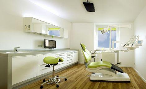Hell und freundlich: Das Wartezimmer der Zahnarztpraxis Dr. Braun